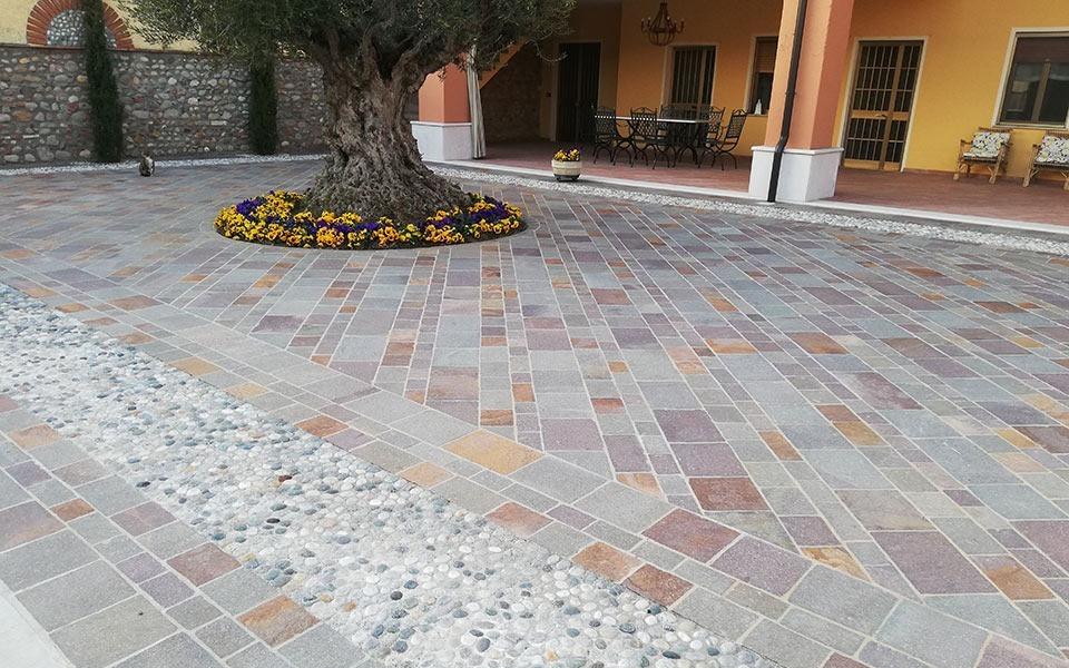 Pavimenti in pietra per esterni cortile abitazione privata