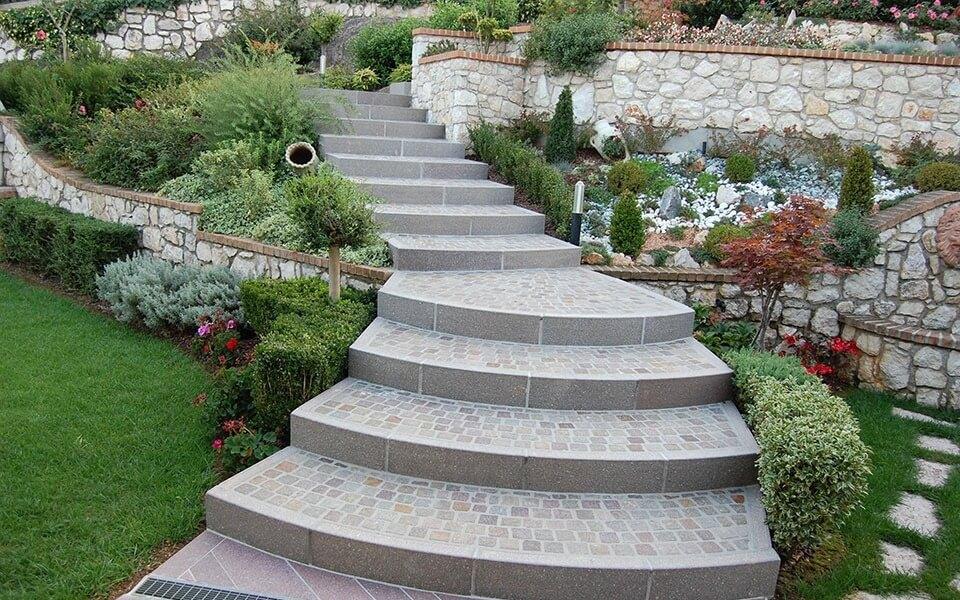 Pavimenti in pietra per esterni scalinata villa privata