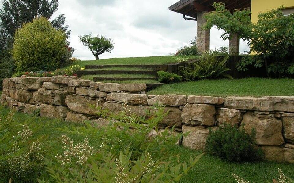 Rivestimenti in pietra per esterni muretto a secco abitazione privata
