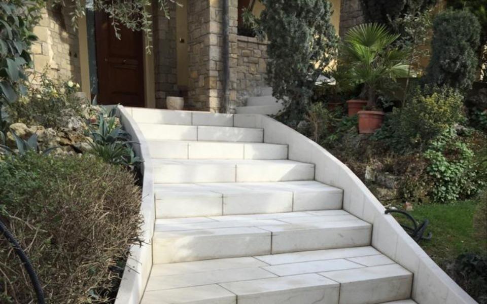 Pavimenti in pietra per esterni gradini abitazione privata