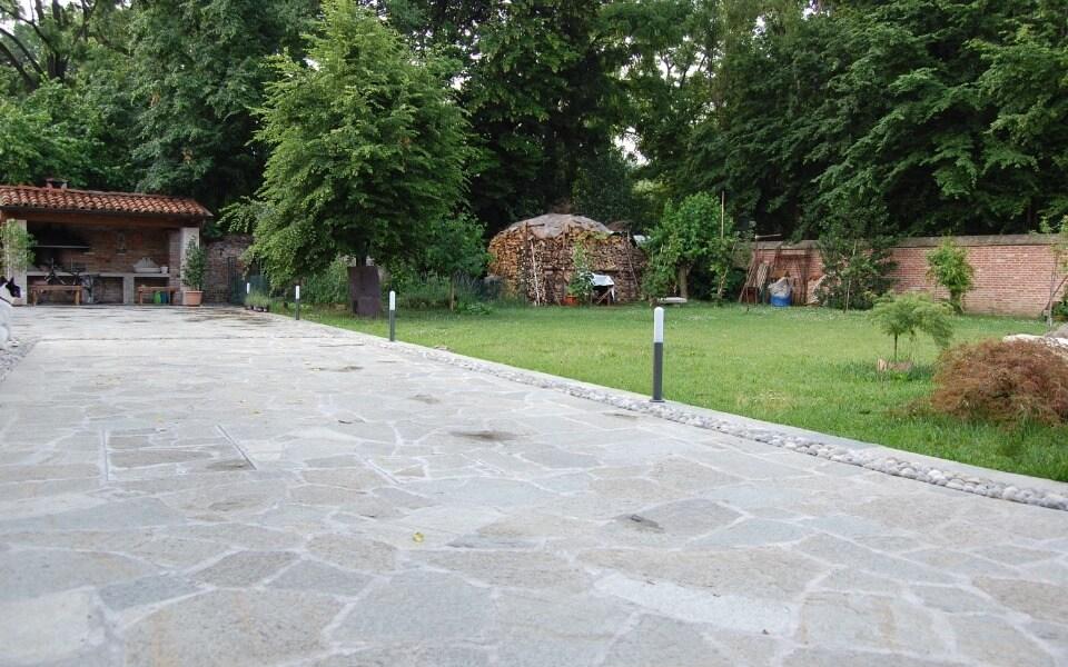 Pavimenti in pietra per esterni cortile cascinale privato