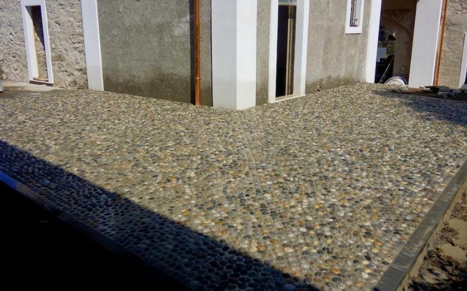 Pavimenti in pietra per esterni cortile privato