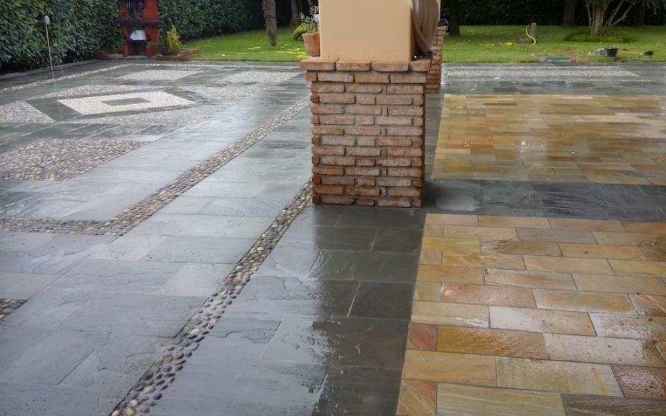 Pavimenti in pietra per esterni portico e viale villa privata