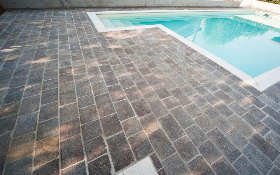 Pavimenti in pietra per piscine villa privata